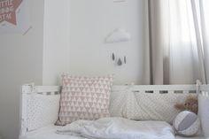 Babyzimmer in rosa mit Wolkenmobile by dekohochdrei.com