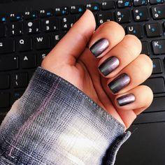 aquele esmalte lindo de efeito furta cor mas que nem com reza a gente consegue captar em foto. #nails #esmaltedasemana