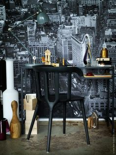 Premiär tavla 995 kr. IKEA PS 2012 karmstol svart 499 kr. Vittsjö laptopbord 299 kr. Aröd arbetslampa 449 kr.