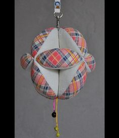 **TAKANE 2w1 - KARUZELA z dzwoneczkami i PIŁKA Puzzle Ball wykonana zgodnie z zasadami metody Montessori.**  Idealna, ekologiczna zabawka dla niemowląt, które rozpoczynają rozwijać małą motorykę...