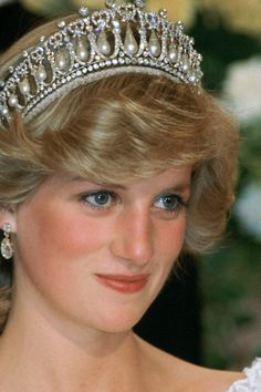 Cambridge Lovers' Knot Tiara worn by Diana, Princess of Wales. Diana at the Sheraton in Auckland Lady Diana Spencer, Princess Diana Photos, Princess Diana Fashion, Princess Diana Tiara, Kate Middleton, Real Princess, Princess Of Wales, Lovers Knot Tiara, Royal Jewels