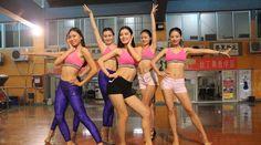 Latest Chinese News Lesson: China female fitness team in training. CDUT nǚ xuéshēng dào jiànshēn bǐsài. CDUT 女 学生 到 健身 比赛。 www.gurulu.com