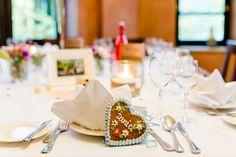 Lebkuchenherz als Tischkärtchen mit Namen bei einer Hochzeit