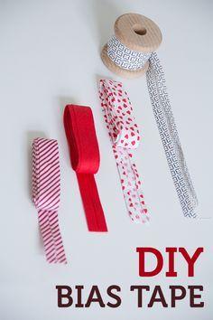 Mit Rollschneider, Patchwork-Lineal, Schneidematte und Schrägbandformer könnt ihr Schrägband ganz einfach selbermachen.