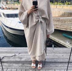 Beautiful in Black Modest Fashion Hijab, Abaya Fashion, Muslim Fashion, Couture Fashion, Fashion Outfits, Modest Wear, Modest Outfits, Modern Abaya, Mode Kimono