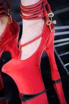 See detail photos for Alexander McQueen Fall 2009 Ready-to-Wear collection.