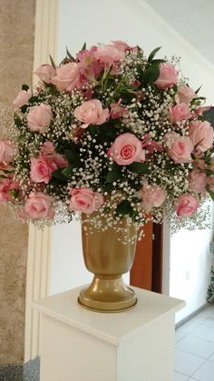 Lindo vaso de flores Church Flower Arrangements, Rose Arrangements, Church Flowers, Pretty Flowers, Silk Flowers, Bunch Of Red Roses, Red And Pink Roses, Rose Wedding Bouquet, Floral Centerpieces