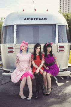 pink hair, tats & a vintage airstream? all my fave things in one photo <3