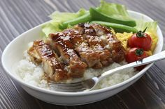 ¿La salsa teriyaki tiene gluten?. Teriyaki es un término que hace referencia tanto a una salsa como a un estilo de cocina originario de Japón. La salsa tradicionalmente contiene salsa de soja, sake, azúcar, jengibre (ginger) y condimentos. Los alimentos cocidos al estilo
