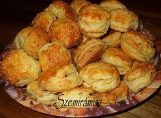 Szemirámisz függőkertje: Krumplis hajtogatott pogácsa Pretzel Bites, French Toast, Bread, Breakfast, Food, Morning Coffee, Brot, Essen, Baking