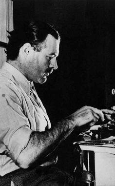 Ernest Hemingway, Lo scrittore statunitense fotografatoalla macchina da scrivere nel 1939 a Sun Valley nell�Idaho. . libreriamo.it