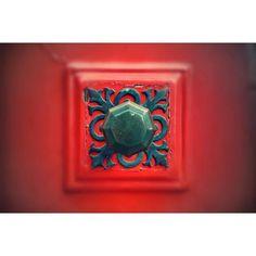 Knocking on the red door #inbruges #bruges #brugge #thedoor #reddoor #doorhandle #thehandle #handle #oldhandle #olddoor #oldtown #fairytail #art #metal #lookatit #traveling #knockingonthedoor