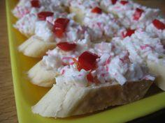 Krabí tyčinky najemno nakrájíme, cibuli nakrájíme na kostičky a vše smícháme se sýrem a majolkou. Dochutíme solí, pepřem a citronovou šťávou. Necháme odležet. Kdo nemá rád anebo nemůže majonézu, může ji nahradit dvěma obdélníčky taveného sýra a několika lžícemi jogurtu. Krabi, Finger Foods, Camembert Cheese, Cereal, Dairy, Food And Drink, Appetizers, Cooking, Breakfast