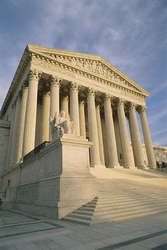 ✮ View of the front entrance of the Supreme Court building