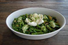 Deze groene salade met courgette, asperges en erwten is een feest om te zien en om te proeven. De frisse avocadodressing maakt dit recept zomers en gezond!