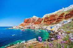 Der dunkle Vulkansand macht die Strände Santorinis zu einem außergewöhnlichen Badeerlebnis. Wir haben für euch die 5 schönsten Strände der Trauminsel!