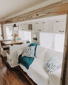 Tour this bright and beautiful motorhome transformation! Tour this bright and beautiful motorhome transformation!,Carvan Related posts:Days Two and Three - campingEntdeckungstour am Lago Maggiore - campingTortellini in Schinken - Käse - Sahne - Sauce. Diy Camper, Camper Interior, Camper Ideas, Rv Interior Remodel, Interior Walls, Tiny House Living, Rv Living, Living Room, Camping Diy