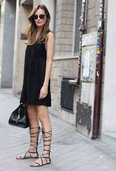 black-dress-gladiator-street-style-comfy-look.