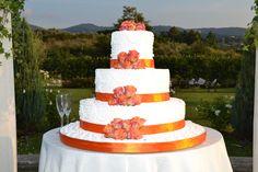 Decorazione suggestiva e bellissima per la torta con rose arancioni.