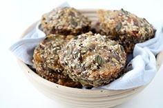 Stenalderboller. Lækre low carb boller uden mel - men med masser af kerner og frø. Stenalderboller er gode til madpakken eller som mellemmåltid.