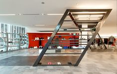Manifesto store's logo interpreted into a functional and aesthetic steel structure - News - Frameweb Display Design, Booth Design, Store Design, Visual Merchandising, Window Display Retail, Industrial Windows, Zaha Hadid Architects, Design Language, Retail Space