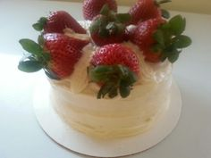 Strawberry cake - white cake with strawberry coulis topped w/fresh strawberries. Cake Decorated With Fruit, Strawberry Cakes, Tasty Dishes, Strawberries, Sweet Recipes, Cake Decorating, Sweets, Sugar, Fresh