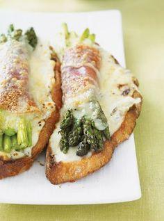 Recette de croque-monsieur aux asperges. Ingrédients de la recette: asperges, fromage gruyère, prosciutto, pain de campagne, huile d'olive, moutarde à l'ancienne...