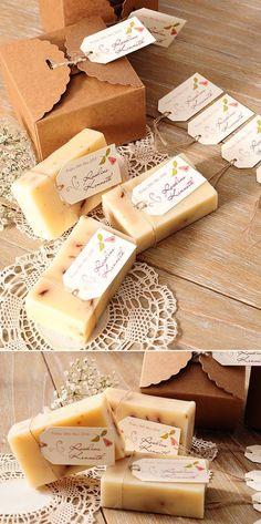 A kézműves szappan köszönetajándéknak is megfelelő ötlet,egy névre szóló kis kísérőkártyával kiegészítve. Az őszi szezonban inkább az édesebb illatoké a főszerep,mint például a méz vagy a mandula. Kis papírdobozokba,vagy csipkébe,organzába is csomagolhatjuk őket.