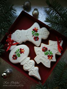 We imagine snowflakes slowing down in the garden, songs in the background, a sweet smell of gingerbread … Christmas is fast approaching and all you need is the fir tree? Christmas Cupcakes Decoration, Christmas Desserts, Christmas Treats, Christmas Baking, Decorated Christmas Cookies, Cookie Frosting, Royal Icing Cookies, Sugar Cookies, Biscuits