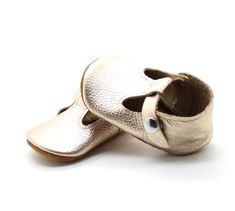 Adorable little gold shoes for baby and toddlers! Little Kid Fashion, Child Fashion, Baby Girl Shoes, Girls Shoes, Fashion 2018 Trends, Fashion Brands, Elle Shoes, Cheap Boutique Clothing, Kids Clothing