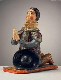 Pastor ofertante ajoelhado,  a rezar com o chapéu à frente (11,2 x 6 cm). Ana das Peles (séc. XX). Museu Nacional de Etnologia, Lisboa.