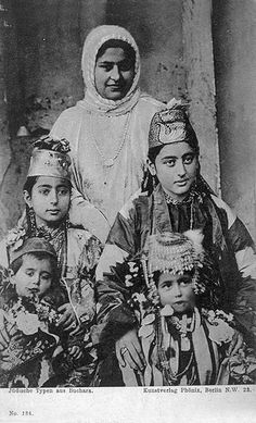 Uzbekistan | Jewish family from Boukhara. ca. 1st quarter of the 20th century | Vintage postcard; publisher Kunstverlag Phönix, Berlin. No 134