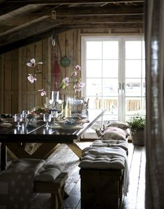This looks cosy. Imagine a nice afternoon at the table, with friends, with just candlelight.