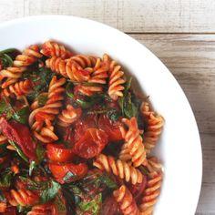 Das ist ein Rezept für mein liebstes Nudelgericht! Ich habe schon immer sehr gerne Nudeln gegessen, vor allem mit Tomatensauce. Als ich mich vor einigen Jahren anfing glutenfrei zu ernähren, fiel e…