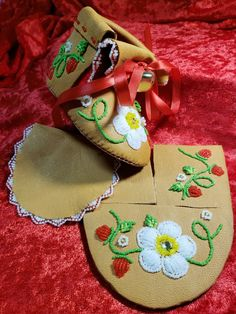 Native Beading Patterns, Native Beadwork, Bead Loom Patterns, Beaded Jewelry Patterns, Beaded Moccasins, Baby Moccasins, Baby Moccasin Pattern, Native American Moccasins, Indian Crafts