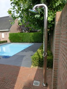 Tuin met zwembad en buitendouche | Aqua Unique Small Backyard Pools, Swimming Pools Backyard, Backyard Landscaping, Garden Deco, Big Garden, House Landscape, Landscape Design, Outdoor Pool Shower, Outside Showers