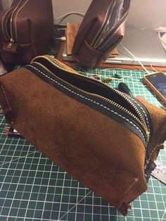 Post with 23850 views. Dopp kit step by step Leather Tooling, Leather Wallet, Leather Tutorial, Leather Bag Pattern, Dopp Kit, Recycled Leather, Leather Gifts, Leather Projects, Pouch Bag