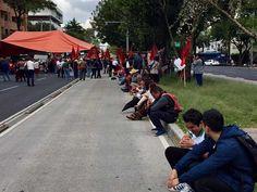 Campesinos se manifiestan frente a sede del PRD