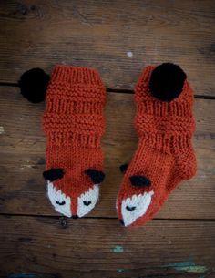 Kaikki villasukat ovat alkaneet jäädä Lotalle pieniksi, joten oli aika tehdä uudet. Tämä kuparinen dropsin villalanka odotti käyttöä ... Baby Hats Knitting, Baby Knitting Patterns, Knitting Socks, Hand Knitting, Crochet Patterns, Knitted Slippers, Knitted Hats, Fox Scarf, Folk Art Flowers