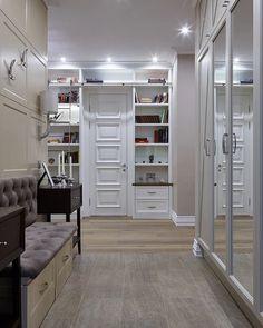 Fiatal család otthonosan berendezett háromszobás lakása - sok könyvespolc, gyönyörű előszoba, két fürdőszoba játékos és elegáns burkolatokkal
