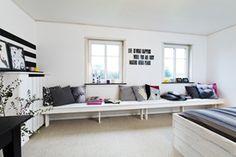 Bænk i forskalningsbrædder.  Et rigtig brugbart møbel med plads til hele familien. Lad sofaen spænde fra væg til væg, hvilket giver en god rumlig effekt - roligt og overskueligt. Den bliver derved også både et hyggeligt sted at sidde, men også et praktisk sted til bøger, planter eller lignende. Forskalningsbrædderne giver et fint uformelt udtryk, det er et hverdagsmøbel der gerne må slides! Plads, Sofa, Skagen, Minimalist Design, Decoration, Diy For Kids, Living Area, Dining Bench, Kids Room