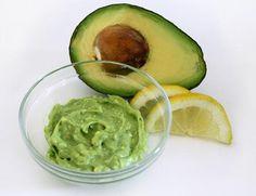 L'avocado ha un alto potere idratante e nutriente. Ecco qualche ricetta per realizzare maschere per il viso e impacchi per capelli a base di avocado.