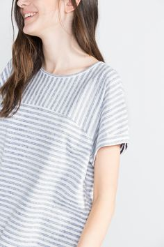 Oversized short-sleeved striped t-shirt with faded effect.