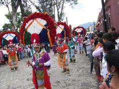 La Guelaguetza es la fiesta principal de Oaxaca. Es la reunión de las siete regiones del estado en el Cerro del Fortín dos lunes en julio en el baile más colorida fiesta de todo el país.