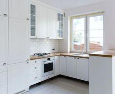 Kuchnia W Stylu Angielskim #cocinasVintage Small Apartment Kitchen, Home Decor Kitchen, Home Kitchens, Kitchen Layout, Kitchen Design, Interior Architecture, Interior Design, Home Design, Sofa Shop