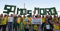 13.mar.2016 - Boneco inflável  mostra o juiz Sérgio Moro como super-herói em manifestação contra o governo da presidente Dilma Rousseff (PT) neste domingo (13), em São Paulo (SP)