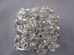 Brazalete hecho a mano. Handmade bracelet. Roxana Pardo.