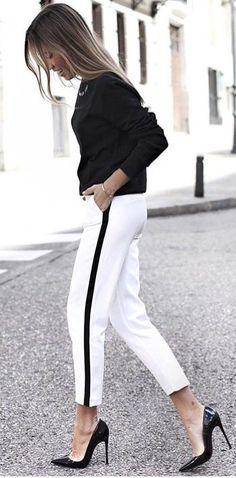 Calça jogger branca com listra lateral preta camisa preta e Scarpim