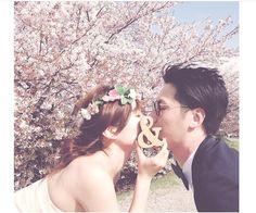 思い出の場所や四季を感じれるのもフォトウェディングだからできることです。 桜の横で幸せそうです♡