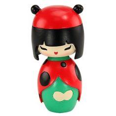Momiji Poupée Lucky. Les Momiji sont des poupées porteuses de messages. A l'intérieur vous pouvez glisser, sur un petit bout de papier, un voeu, un souhait, un mot, une phrase... Les Momiji sont dessinées par des designers et des créatifs du monde entier. Chaque poupée est peinte à la main.   Créatrice : Luli Bunny. www.laboutiquedubienetre.fr
